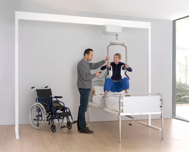 Il sollevatore per disabili in aiuto di persone con problemi motori accademia polacca - Letto con sollevatore per disabili ...